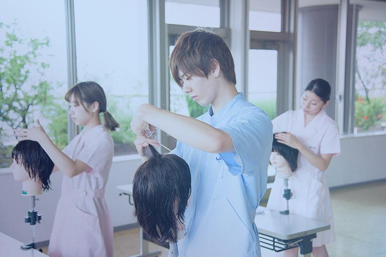 東京の美容学校でヘアメイクアップアーティストの勉強