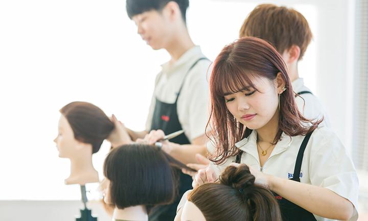 東京の美容学校ハリウッドで在職・在学中でも学びながら資格取得を目指す