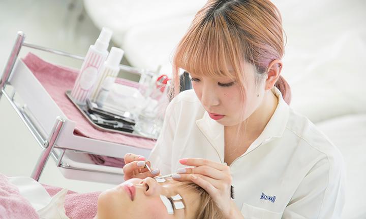 東京の美容専門学校でアイリストを目指す