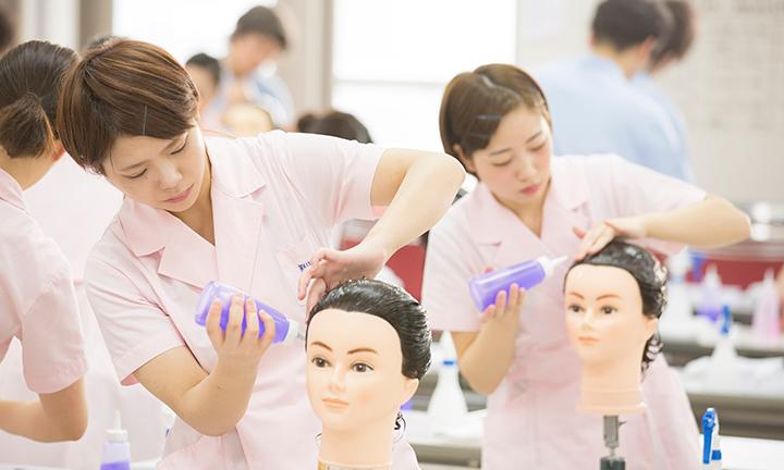 東京の美容学校ハリウッドの試験対策 少人数制学習指導